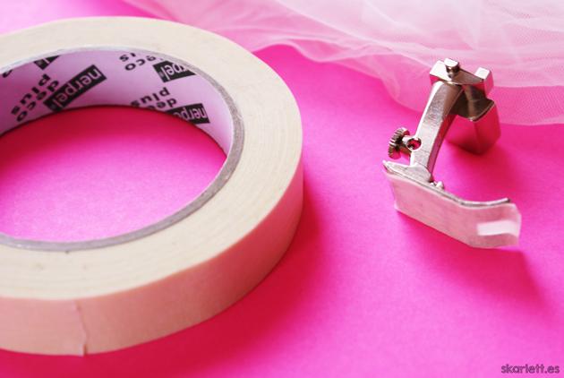 cinta de carrocero y prensatelas de costura plana con trozo de cinta de carrocero