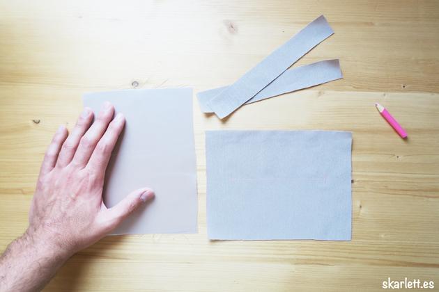 trozos de tela clara sobre una tela con marcatelas en color rosa