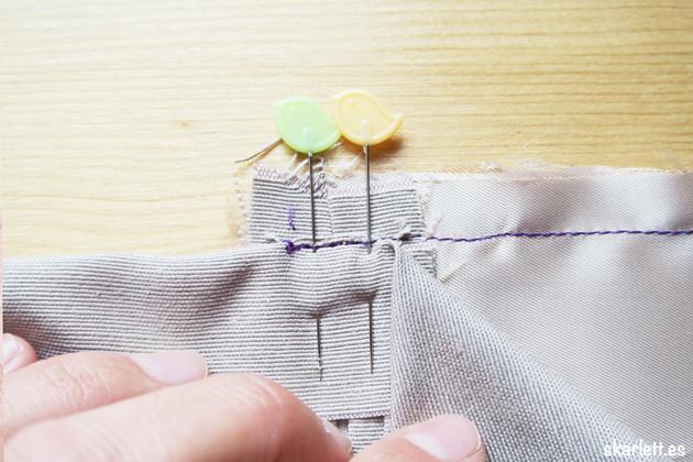 detalle de costura lateral de bolsillo ribeteado fijado con alfileres de patchwork con forma de pajaro