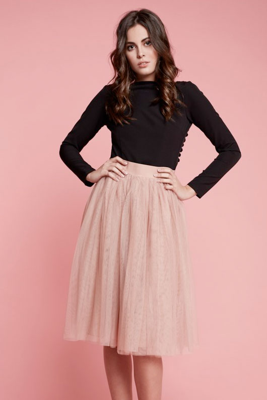 chica con falda de tul rosa palo y blusa color negro